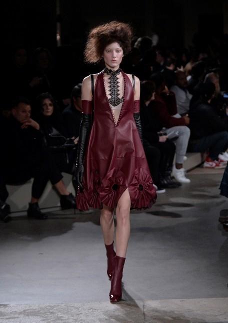 Alexander McQueen mini dress in pelle con applicazioni di maxi fiori sui bordi