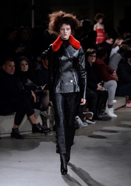 Alexander McQueen pantaloni Capri svasati e giacca con collo in pelliccia