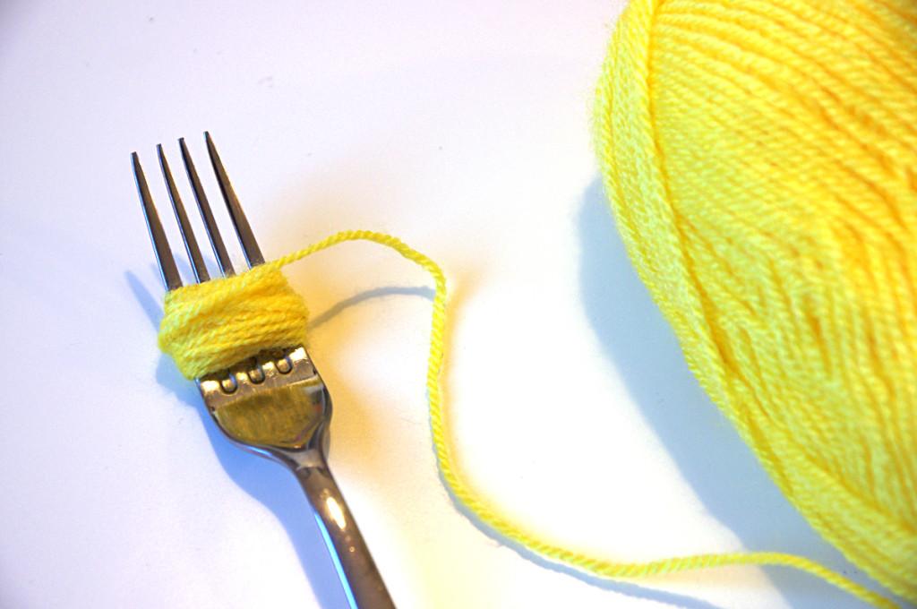 tutorial collana mimosa fai da te con i pompom per la festa della Donna