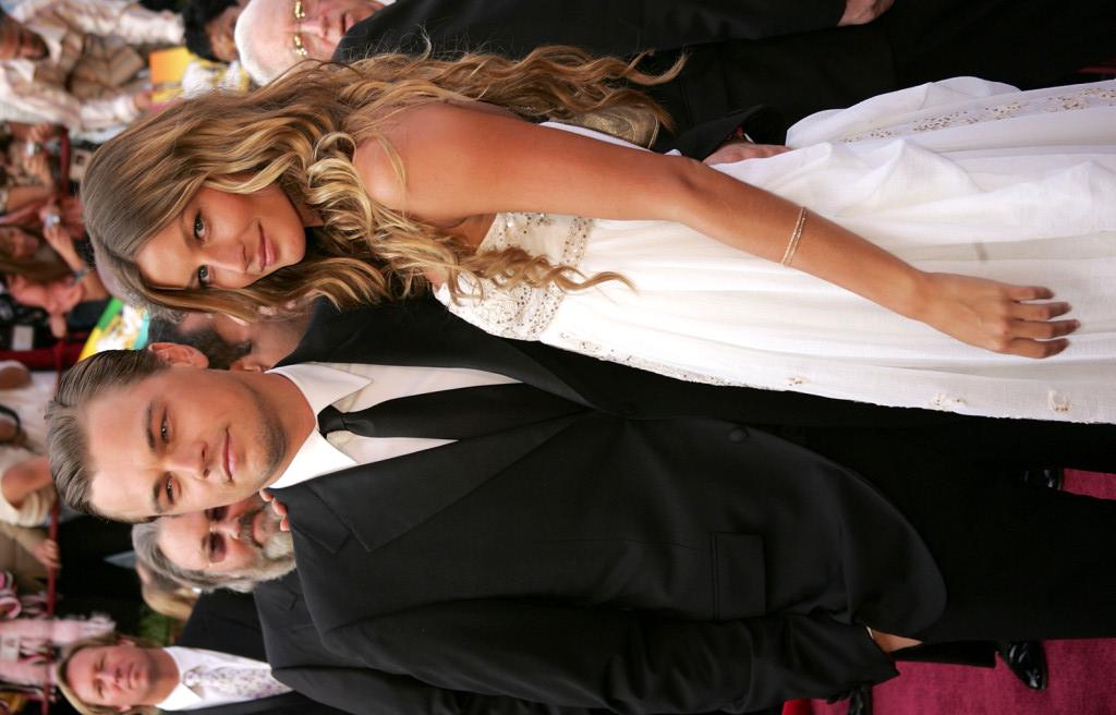 Leonardo DiCaprio sul red carpet con la modella Gisele Bundchen alla 77esima edizione degli  Academy Awardsal Kodak Theater nel 2005.