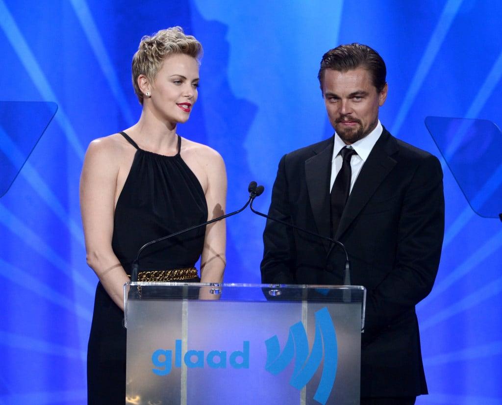 Charlize Theron e Leonardo DiCaprio parlano sul palco del gala dei GLAAD Media Awards  2013 a Los Angeles