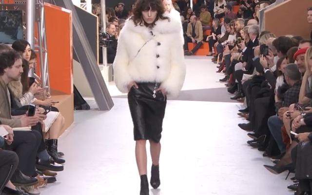 Pelliccia e pelle nera: mood aggressivo sulla passerella Louis Vuitton