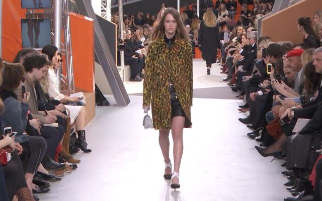 Scaldarsi con un cappottino leopardato è più bello: è un dato di fatto!