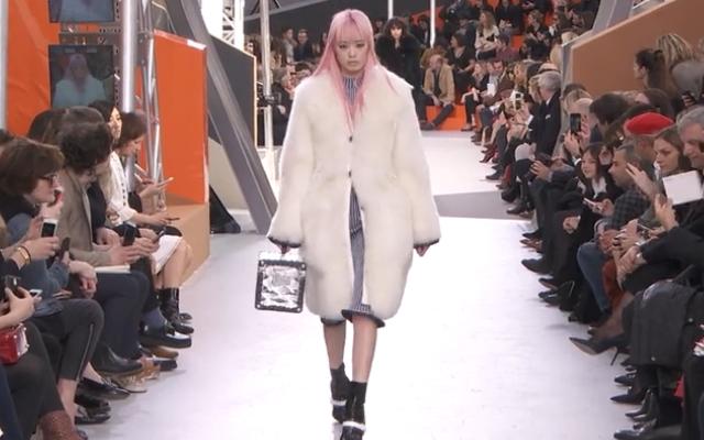Una candida pelliccia e una parrucca rosa, emblema della sfilata FW  Louis Vuitton