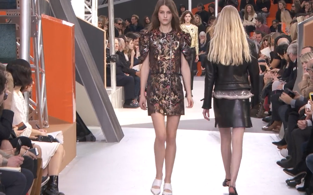Delicate elaborazioni per l'abito cangiante  Louis Vuitton