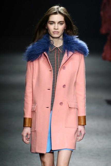 Massimo Rebecchi giacca lunga rosa con collo in pelliccia blu