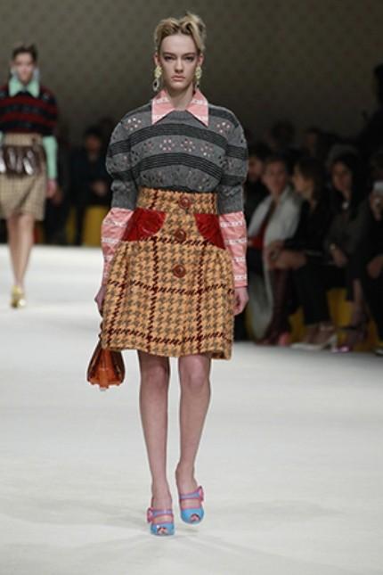 Miu Miu maglione con spalline voluminose e gonna in pied de poul