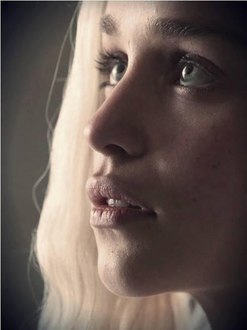 L'attrice Emilia Clarke ha una bocca definita da labbra grandi e carnose