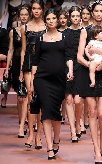 La Balti incinta sfila con altre modelle e figli