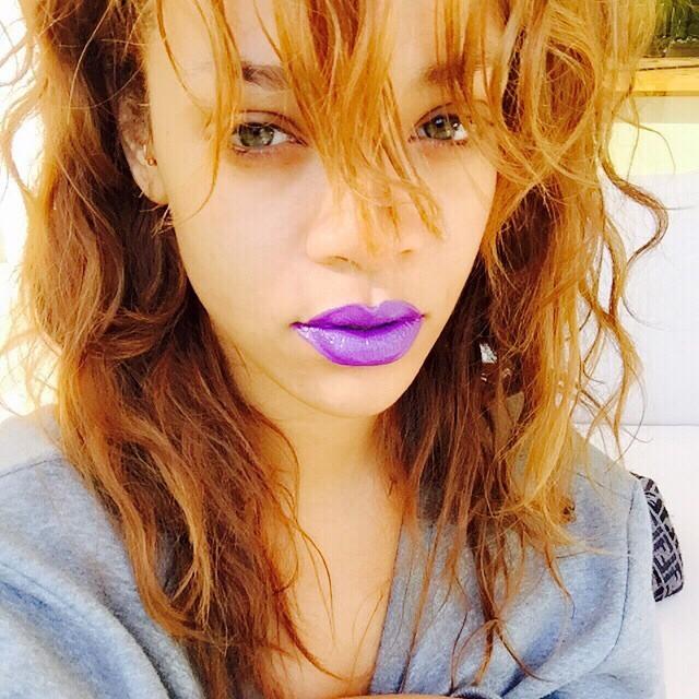 Agli uomini il rossetto scuro e in colori strani non piace: sarà, ma se a indossarlo è Rihanna?