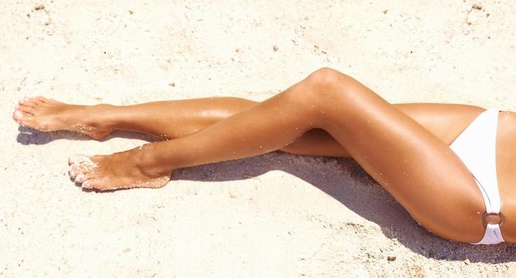 Gambe perfette anche in spiagga grazie a creme e prodotti specifici o rimedi tutti al naturale