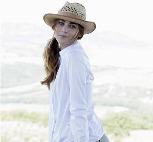 Miriam Leone sfoggia un look country con camicia bianca e cappello da cowboy