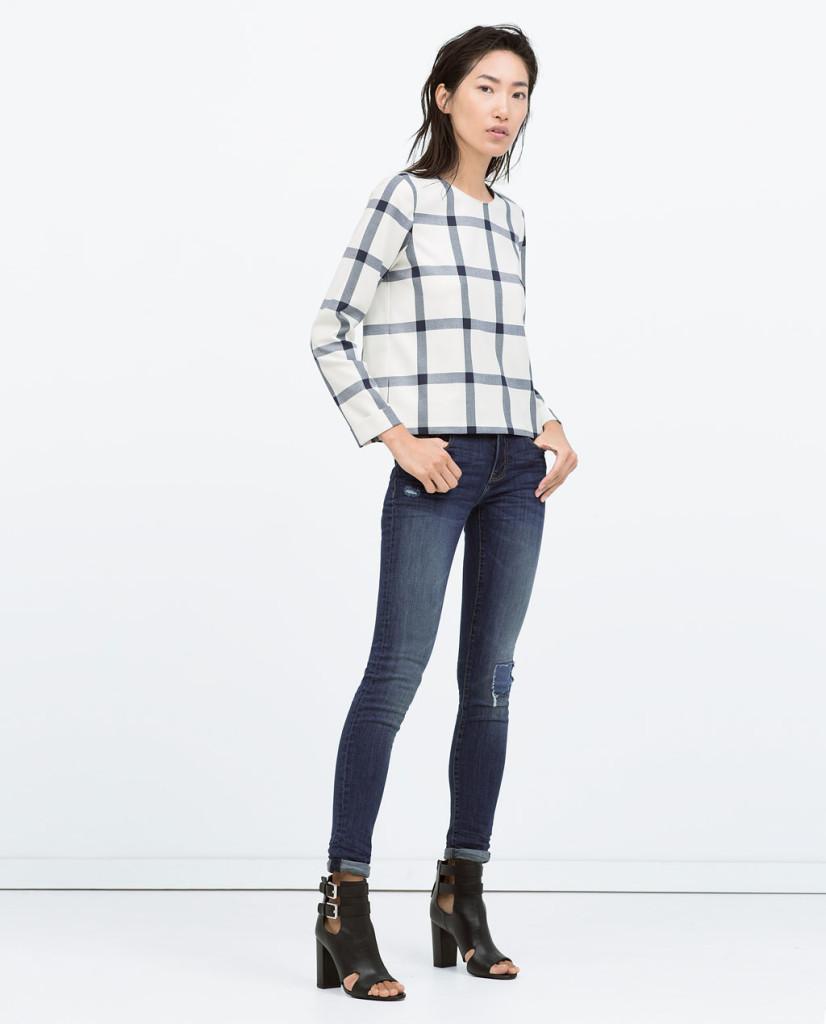 Jeans con maglia a quadri e stivaletti open toe_Zara