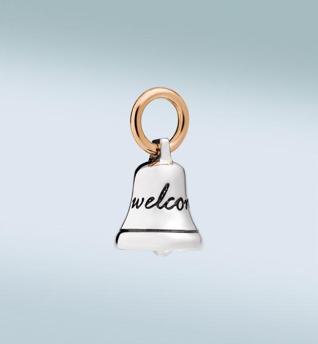 """campanella Il suono è lieve, per dare il benvenuto alla felicità. È la campanella in argento e oro rosa 9kt, che porta inciso """"Welcome"""". Cordino nero incluso."""
