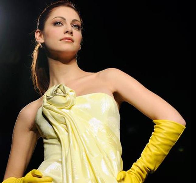 Miriam Leone abito lungo giallo e guanti