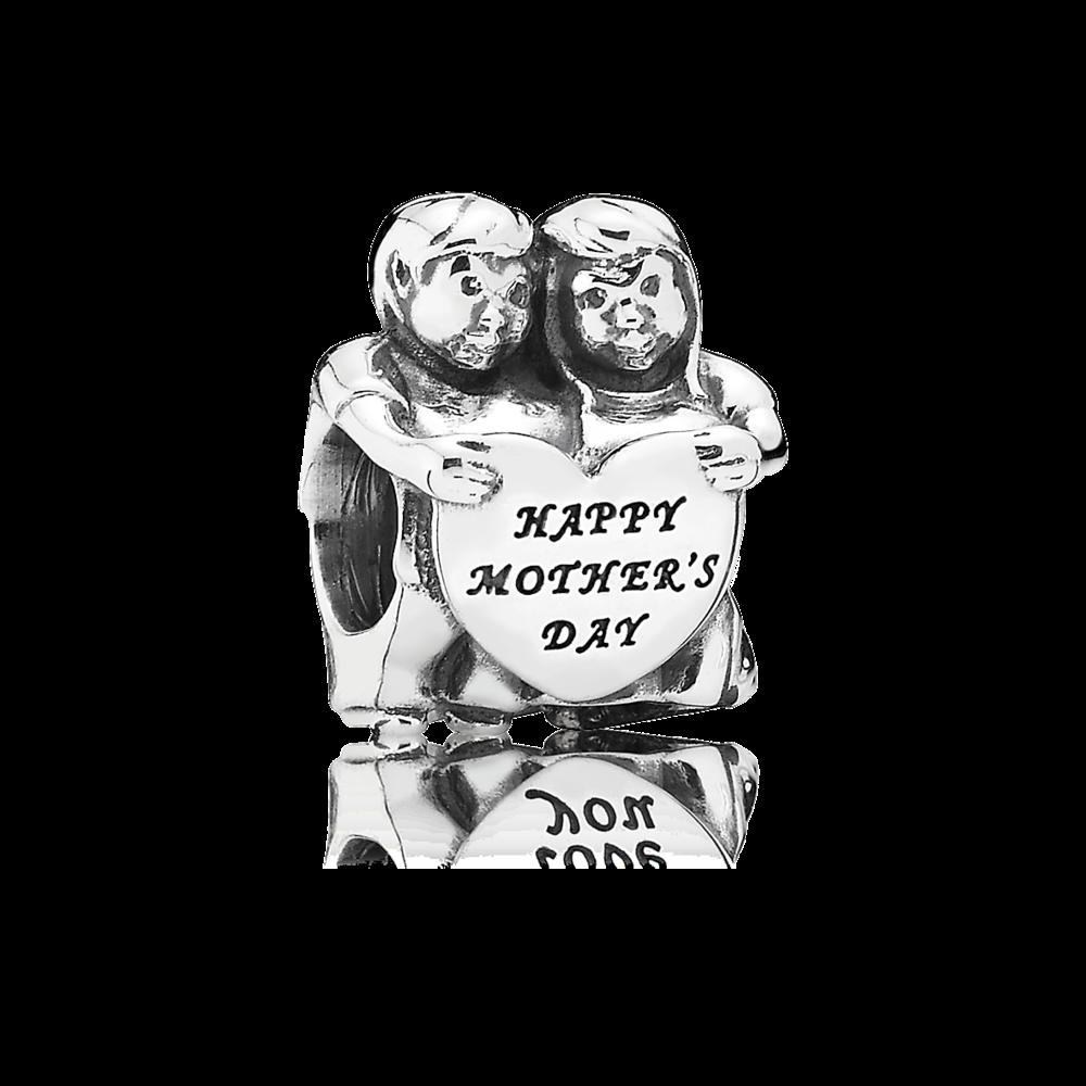 Uno splendido charm che rappresenta due dolci bambini che tengono tra le mani un cuore che augura Buona Festa della Mamma.