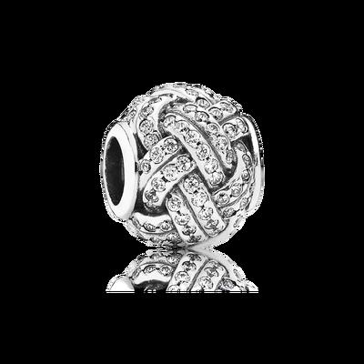 Simbolo del legame tra madre e figlio, questo lucente e decorativo charm a forma di nodo di PANDORA è rifinito a mano in argento sterling e con zirconi con incassatura a filo.