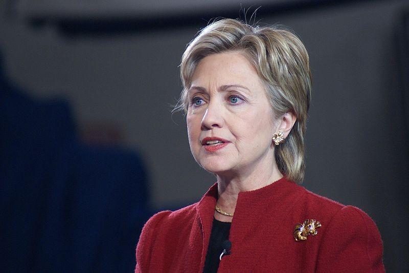 Ancora capelli corti e rossetto rosso per Hillary: probabilmente il look che le dona di più