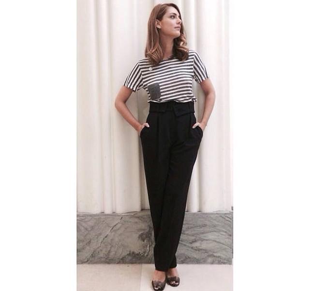 Miriam Leone sfoggia un look casual con t-shirt a righe e pantalone a vita alta