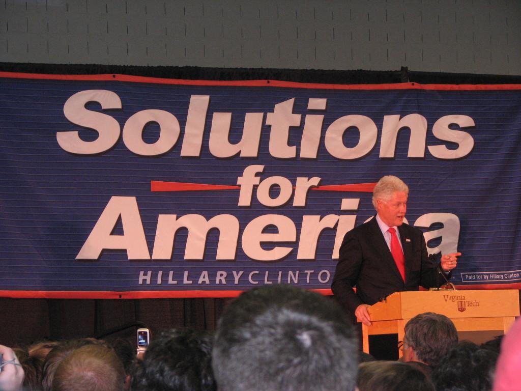 Bill Clinton parla durante la campagna presidenziale della moglie nel 2008
