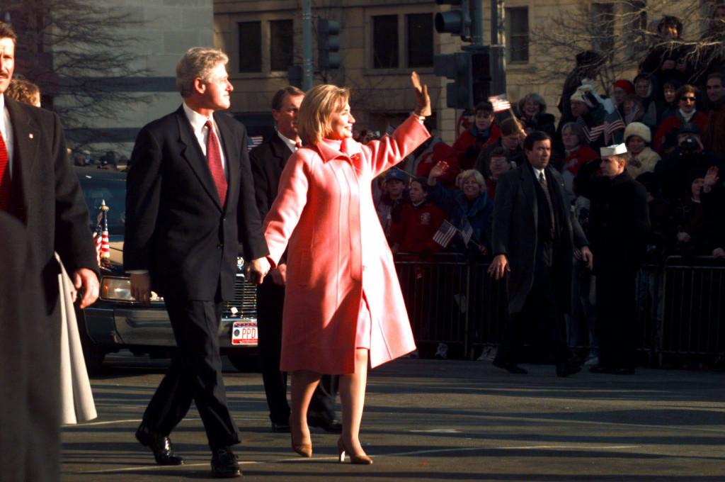 Hillary con un divertente cappotto rosa