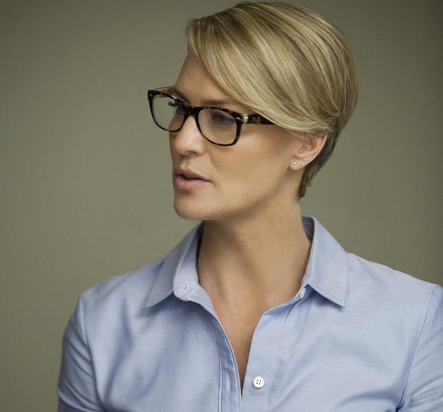 Claire  Underwood con una camicetta azzurro polvere
