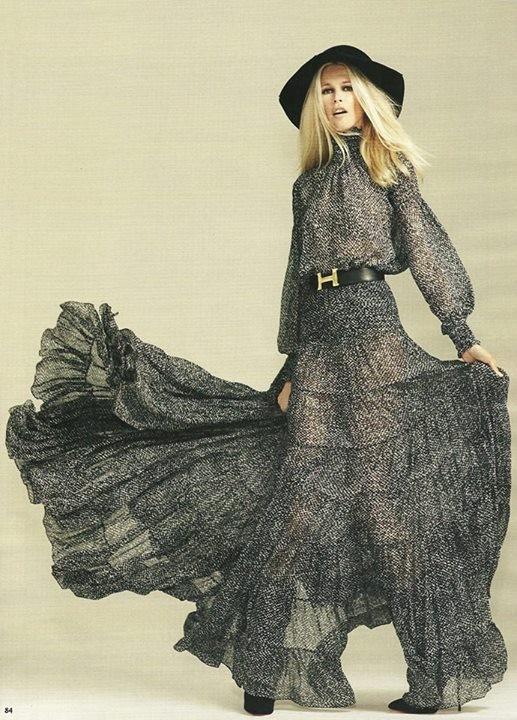 Abito pattern grigio con trasparenze indossato da Claudia Schiffer