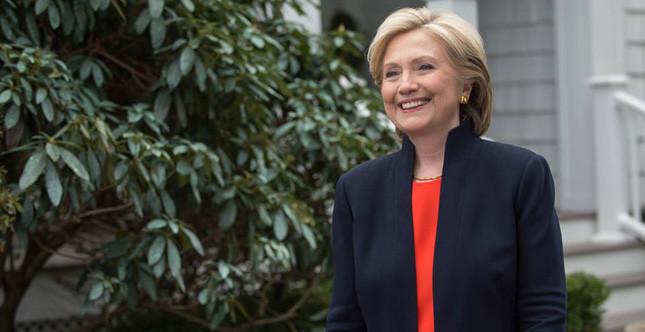 Lo stile di Hillary Clinton? Sobrio e all'apparenza severo, ma con inaspettati dettagli femminili e