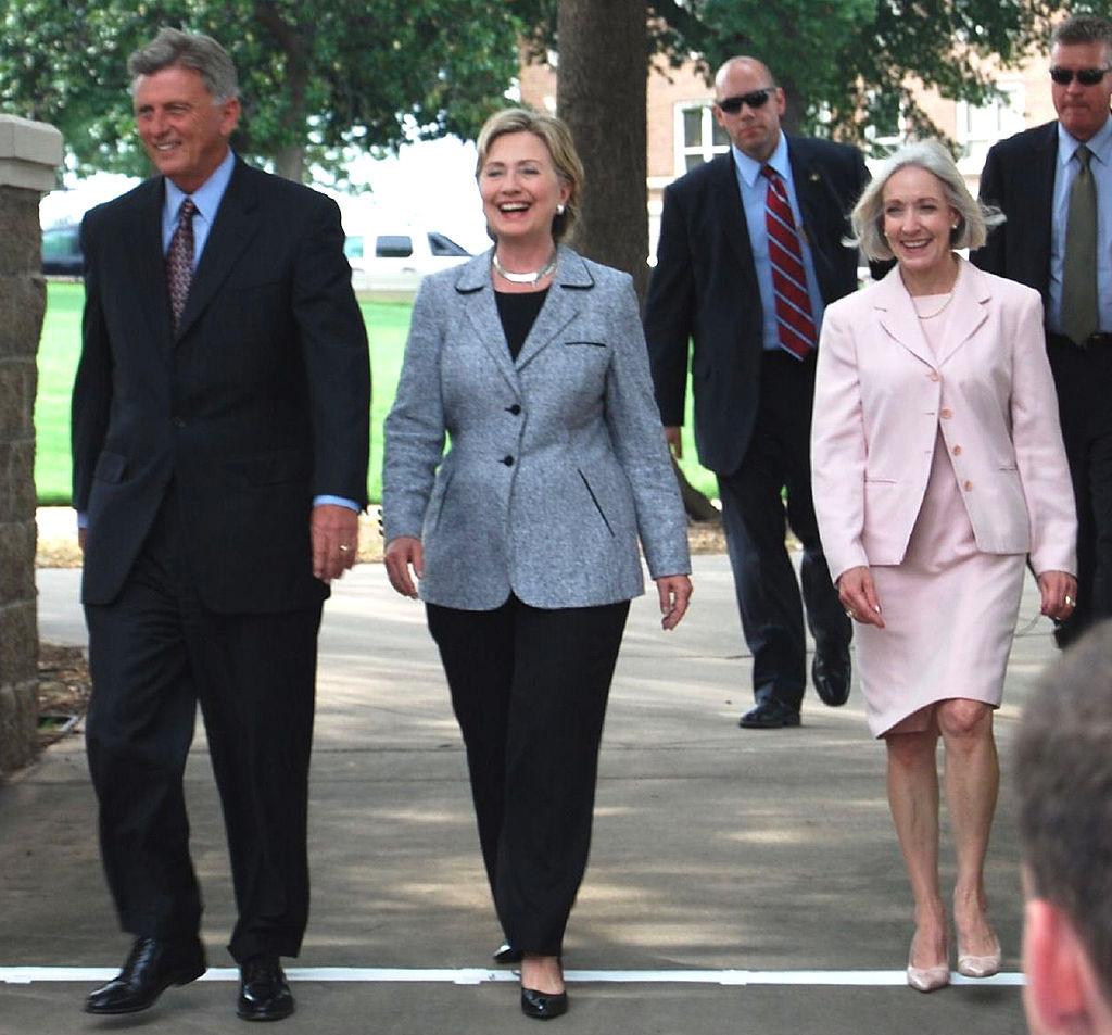 Hillary Clinton con un completo spezzato giacca e pantaloni