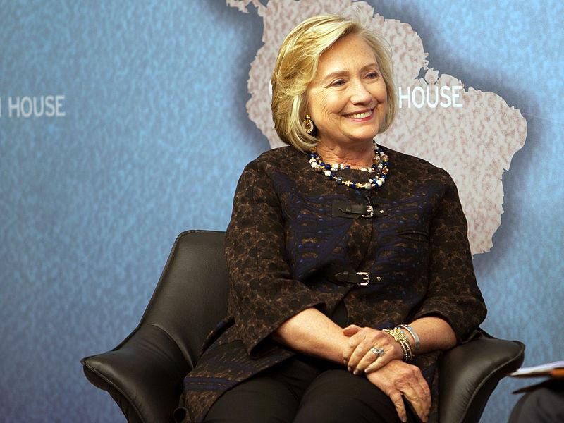 Hillary con un bel biondo molto naturale e ciuffo pieno che le incornicia il viso