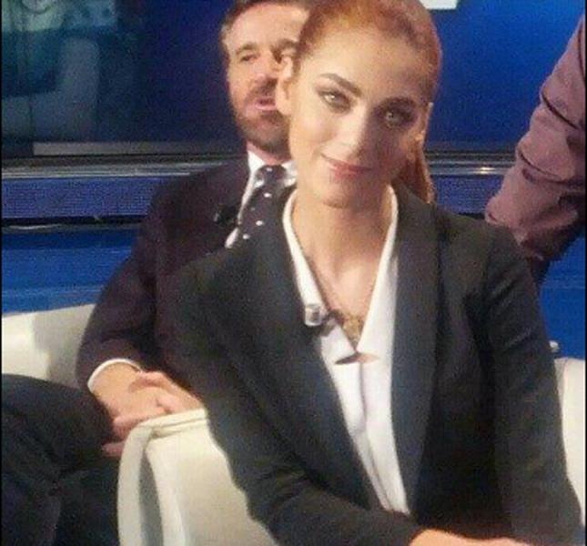 Miriam Leone con blazer nero in perfetto mannish style