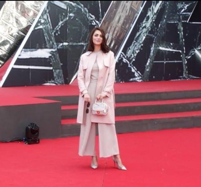 Miriam Leone indossa pantaloni palazzo e cappotto tutto Salvatore Ferragamo