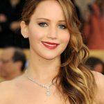 Jennifer Lawrence con sfumature biondo calde raccolte a lato