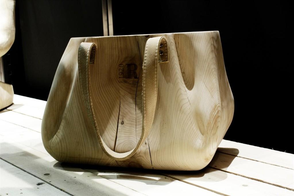 Scultura di una borsa in legno, @Saloni 2015