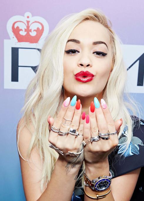 Rita Ora per Rimmel presenta i nuovi smalti 60 Seconds Super Shine...