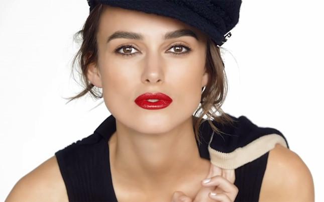 Ad alcuni uomini il rossetto rosso non piace perché macchia. Però, diciamolo, quanto è bello Le nouveau Rouge di Chanel indossato da Keira Knightley?