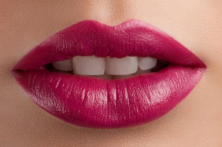 I lip plumpers oltre a volumizzare le labbra aiutano anche a minimizzare le piccole rughe verticali.