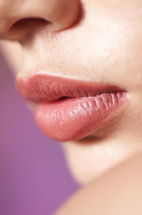 Per un effetto più intenso applica i lip plumpers sulle labbra al naturale, dopo la normale detersione.