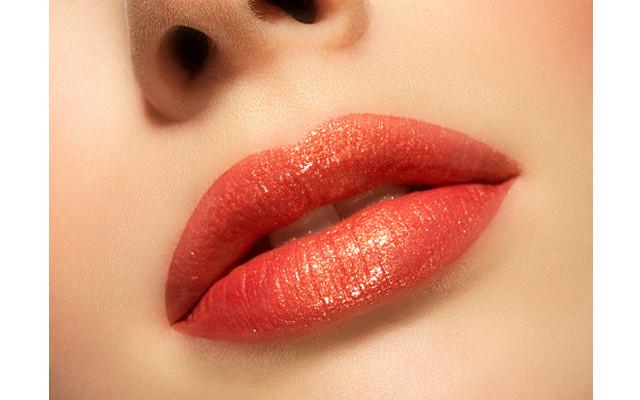 Rossetto rosso-arancio, ideale per una carnagione dal sottotono caldo