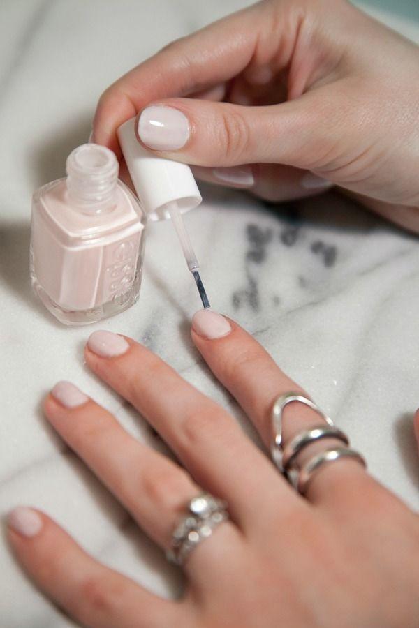 La manicure nude dona un effetto bon ton che non passa mai di moda