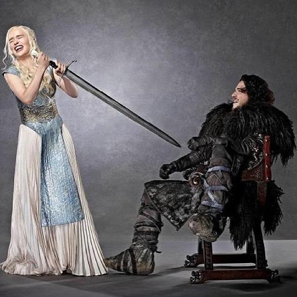 Emilia Clarke sul set di Game of Thrones