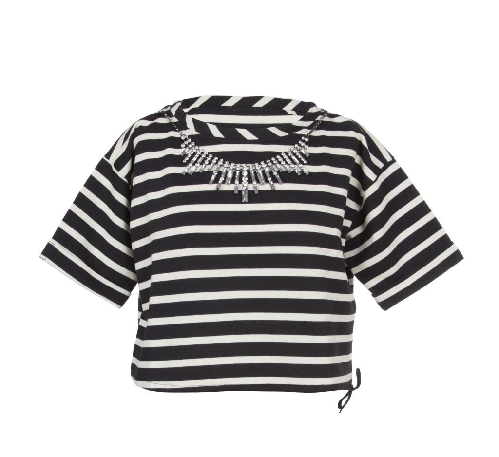 Felpa corta, in cotone colore black&white a righe, arricchita da applicazioni gioiello sul girocollo.  Prezzo speciale: 69 €
