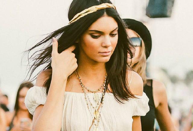 Stile gipsy caratterizzato da capelli di media lunghezza, lisci e impreziositi da una coroncina dorata per Kendall Jenner