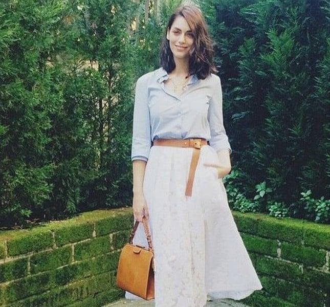 Miriam Leone con outfit casual chic, gonna lunga e ampia con camicia