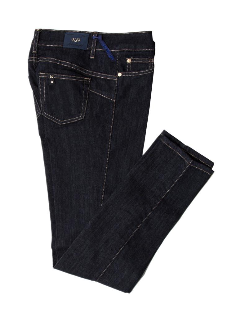 Denim stretch modello Bottom Up, versatile e confortevole, con vestibilità slim leg e lavaggio scuro. Prezzo speciale: 89 €