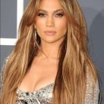 Jennifer Lopez ricorre spesso a sfumature più bionde, per donare maggiore luminosità alla sua chioma, sia lunga che corta.