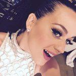 Look con glitter e ciglia finte sono un must per la cantante americana