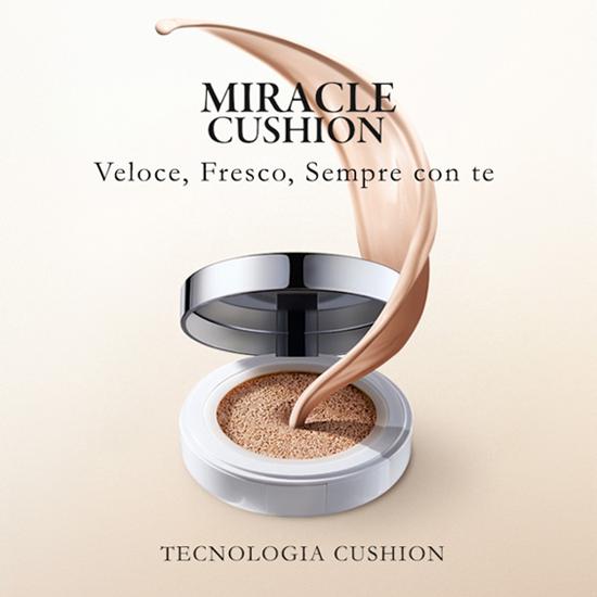 ... il fondotinta Miracle Cushion: un fondotinta leggero e fresco che sfrutta la presenza di una spugnetta incorporata di prodotto...