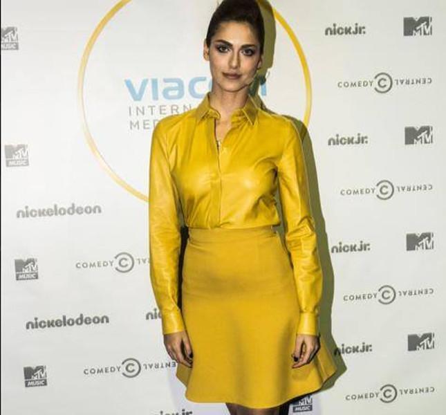Miriam Leone indossa una gonna ampia gialla abbinata a una camicia