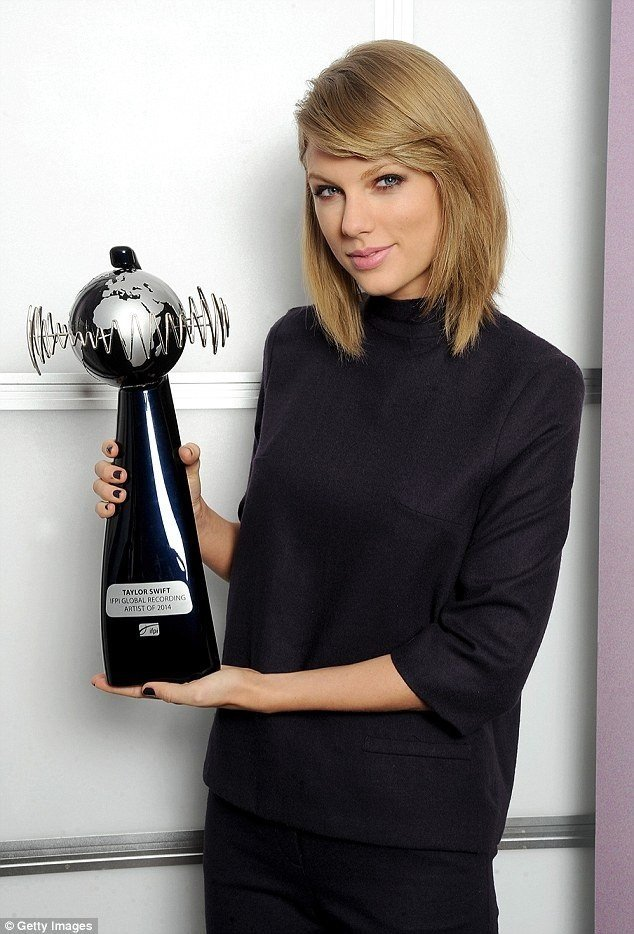 Taylor Swift col suo Global Recording Award per l'album 1989
